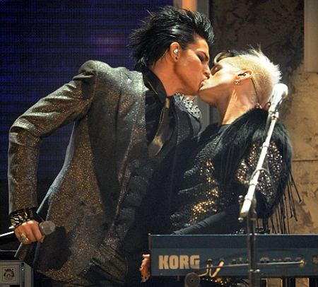 Adam-Lambert-hot-video-denunce-foto-01