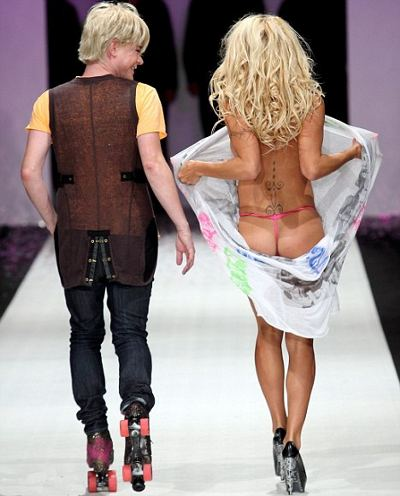 pamela-anderson-Richie-Rich-sfilata-Air-New-Zealand-Fashion-Week
