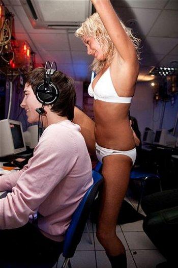 ragazze-spogliarello-nerd-videogame-06