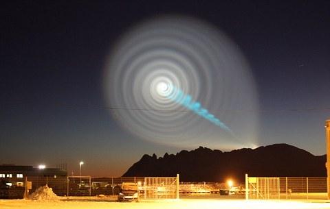-foto-spirale-luminosa-norvegia-cielo-buco-nero-01