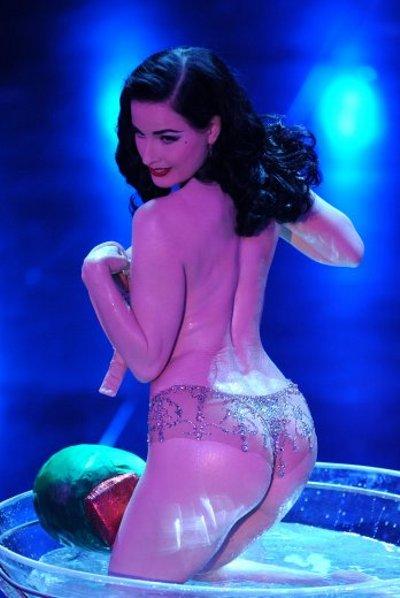 Dita-Von-Teese-striptease-spogliarello-champagne-sanremo-festival-01