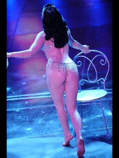 Dita-Von-Teese-striptease-spogliarello-champagne-sanremo-festival-02