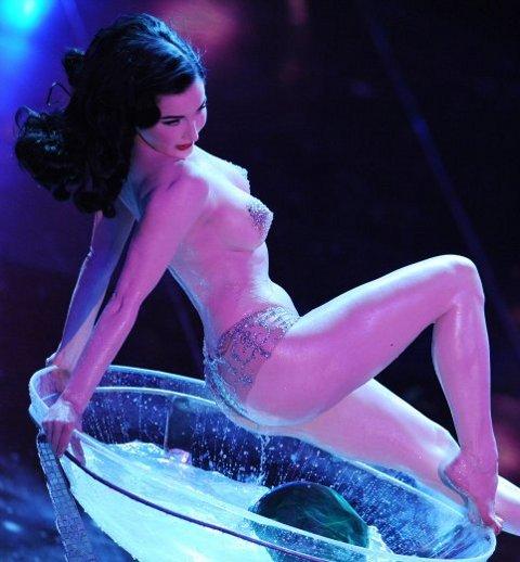 Dita-Von-Teese-striptease-spogliarello-champagne-sanremo-festival-03