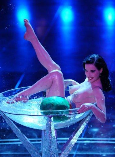 Dita-Von-Teese-striptease-spogliarello-champagne-sanremo-festival-04