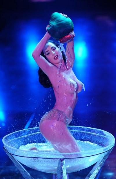 Dita-Von-Teese-striptease-spogliarello-champagne-sanremo-festival-05