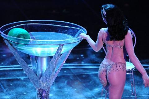 Dita-Von-Teese-striptease-spogliarello-champagne-sanremo-festival-07