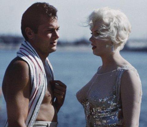 Marilyn-Monroe-tony-curtis-a-qualcuno-piace-caldo-foto-01