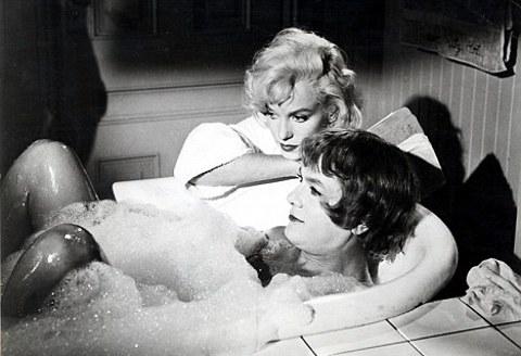 Marilyn-Monroe-tony-curtis-a-qualcuno-piace-caldo-foto-02