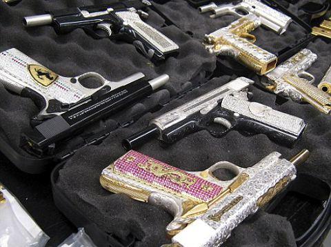 armi-da-fuoco-ricoperte-gioielli-oro-foto-02