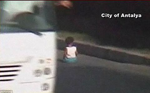 bambino-strada-auto-tangenziale-video-01