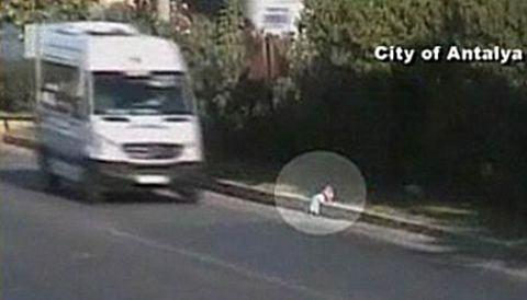 bambino-strada-auto-tangenziale-video-02