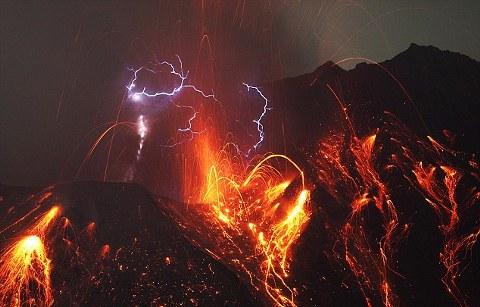 cacciatore-Martin-Rietze-Sakurajima-vulcano-foto-eruzione-fulmini