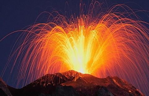 cacciatore-Martin-Rietze-vulcano-Stromboli-foto-eruzione