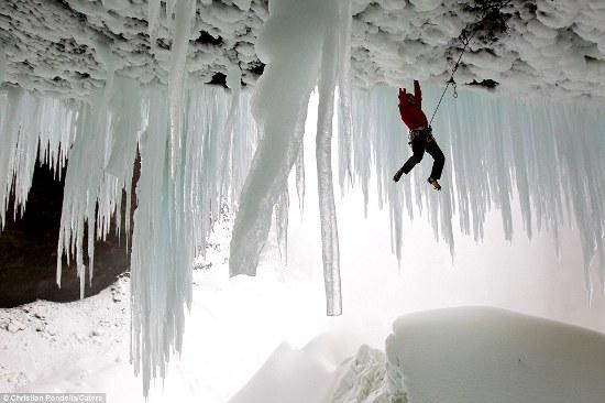 cascata-Helmcken-stalagmiti-ghiacico-foto-01.jpg