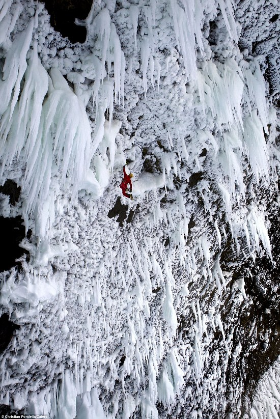 cascata-Helmcken-stalagmiti-ghiacico-foto-02.jpg