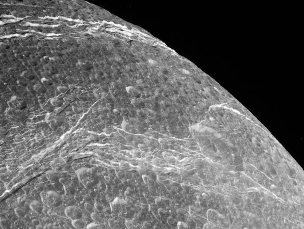 dione-luna-saturno-cassini-foto-flyby