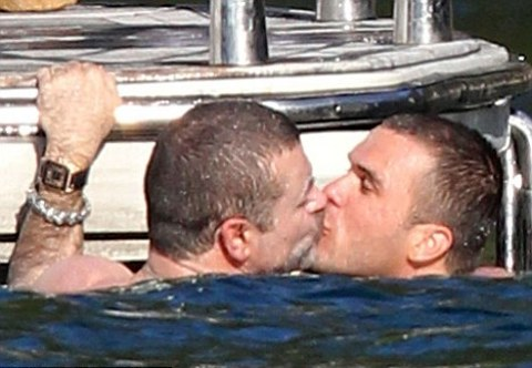 george-michael-bacio-uomo-foto-pic-01