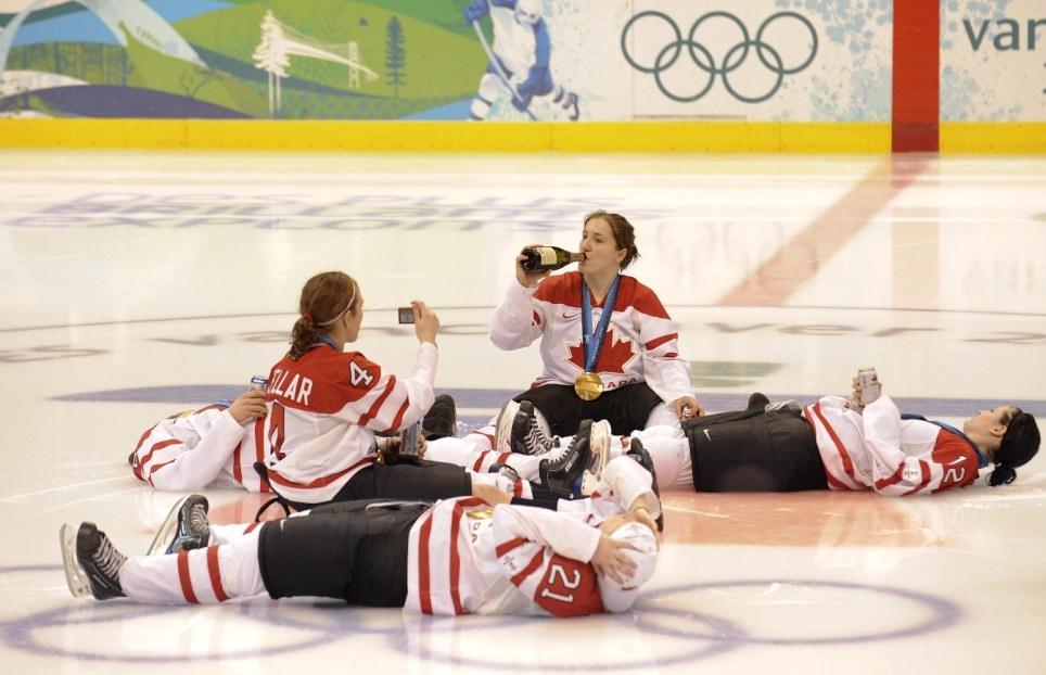 hockey-vancouver-alcol-sigari-festaggiamenti-ragazze-01