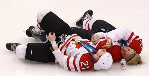 hockey-vancouver-alcol-sigari-festaggiamenti-ragazze-03