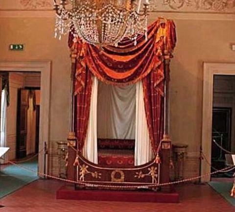 il-letto-di-napoleone-comprato-da-silvio-berlusconi