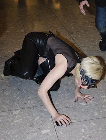 lady-gaga-caduta-stivali-foto-03