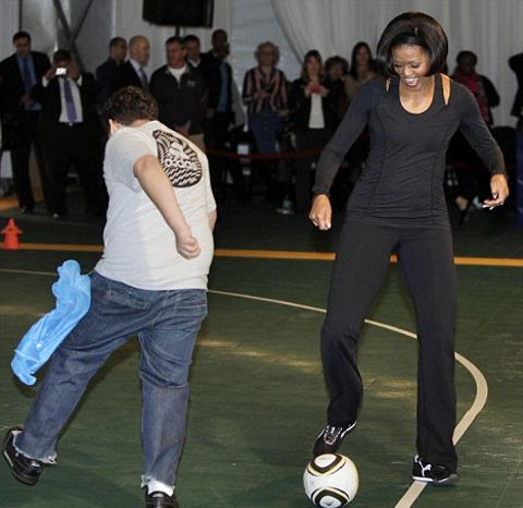 michelle-obama-gioca-a-calcio-football-Us-Soccer-Foundation-01
