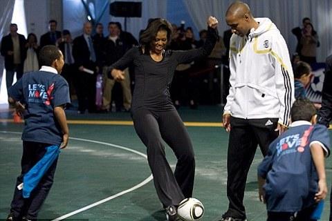 michelle-obama-gioca-a-calcio-football-Us-Soccer-Foundation-02