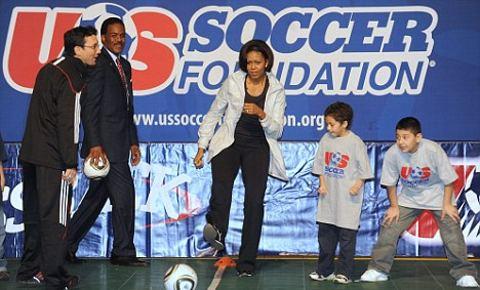 michelle-obama-gioca-a-calcio-football-Us-Soccer-Foundation-04