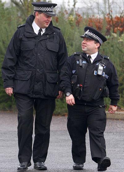 poliziotto-piccolo-inghilterra-record-statura-01