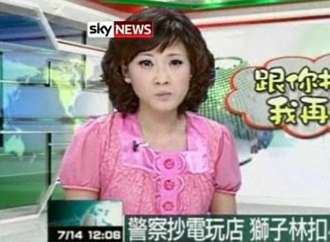 presentatore-televisivo-ingoia-zanzara-foto-02