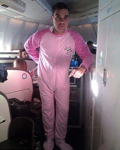robbie-williams-pigiama-rosa-foto-pic