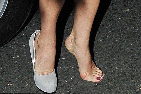 shoes-Victoria-Beckham-piedi-scarpe-03