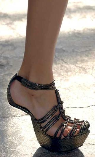shoes-Victoria-Beckham-piedi-scarpe-05