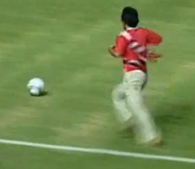 tifoso-indonesiano-tenta-segnare-gol