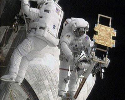 -cosmonauti-al-lavoro-quinta-passeggiata-space-shuttle-atlantis-telescopio-hubble