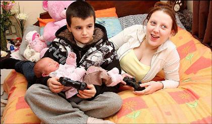 Alfie-Patten-chantelle-e-la-piccola-Maisie-Roxanne-baby-famiglia