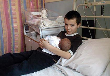 Alfie-pattenbaby-papa-13-anni-con-la-piccola-Maisie