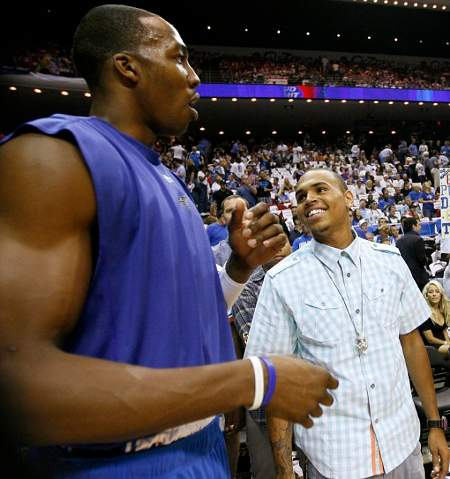 Chris-Brown-parla-con-Dwight-Howard-degli-Orlando-Magic