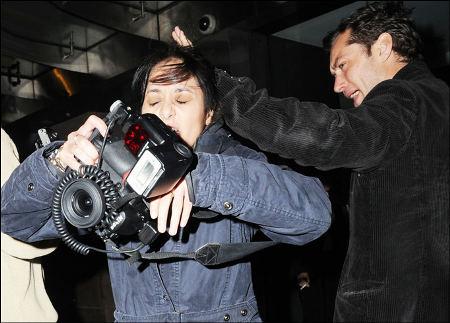 Jude-Law-picchia-fotografa