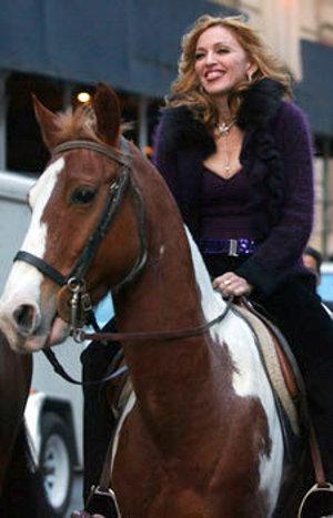 Madonna-a-cavallo-caduta-paparazzo