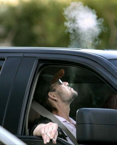 Patrick-Swayze-fuma-ricompare-in-pubblico