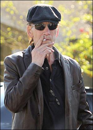 Patrick-Swayze-non-molla-il-vizio-del-fumo