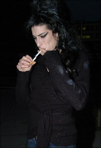 amy-winehouse-fuma-come-una-turca