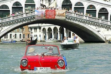 auto-venezia-anfibia-canal-grande
