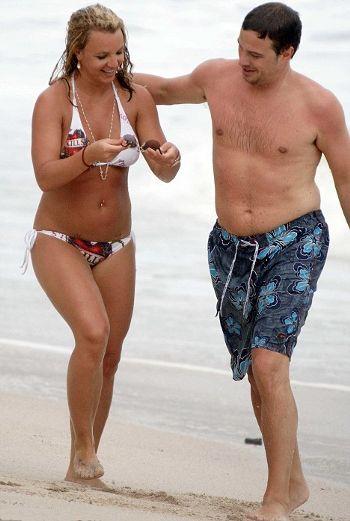 britney-spears-Jason-Trawick-passeggiata-spiaggia