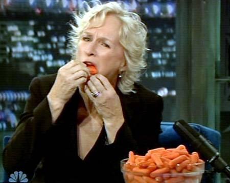 glenn-close-show-Late-Night-con-Jimmy-Fallon-mangia-carote