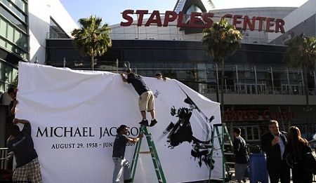 michael-jackson-preparativi-funerali-staples-center