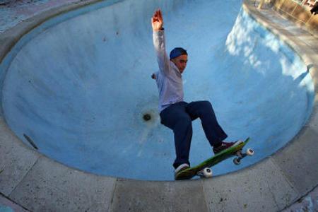 in-california-impazza-un-nuovo-sport-i-pool-riders-fanno-acrobazie-nelle-piscine-degli-altri