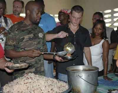 matt-damon-haiti-uragano-soccorsi-ike-star-buon_esempio