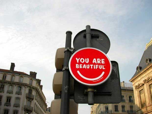 segnaletica-stradale-line-artisti-opere-mostra-creatività-paesaggio-urbano.jpg